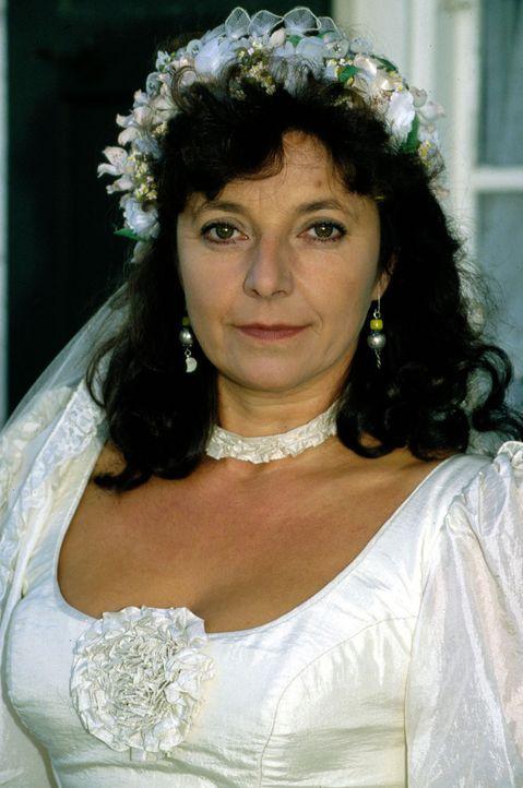 Klara (Monika Baumgartner) will am Morgen nach der Hochzeit ihren frisch gebackenen Bräutigam wecken. Doch sie findet statt seiner eine erstochene S... - Bildquelle: Magdalena Mate Sat.1