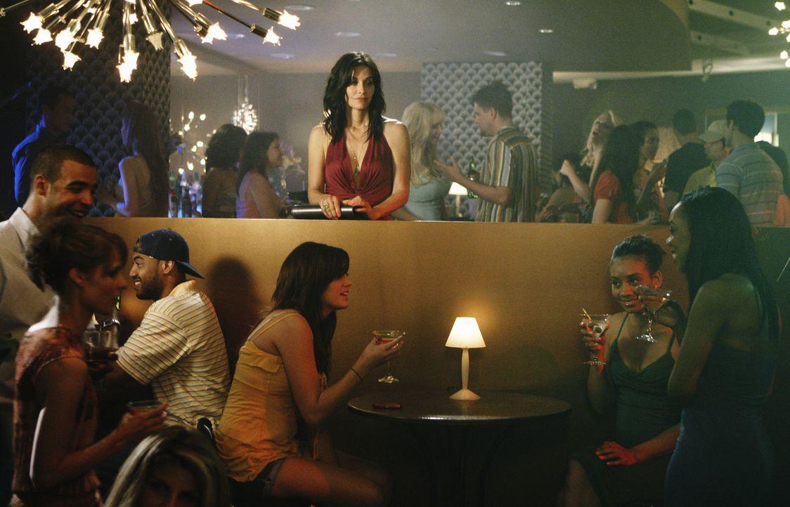 Ein Abend mit einer Freundin in einer Bar endet für Jules (Courteney Cox, M.) ziemlich überraschend ... - Bildquelle: 2009 ABC INC.