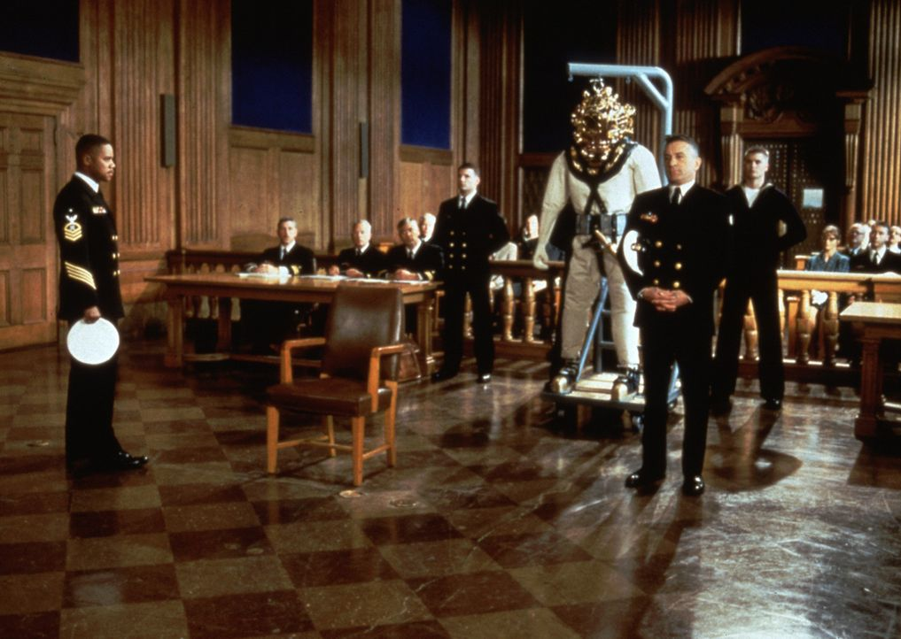 """Carl Brashear (Cuba Gooding Jr., l.) muss vor Gericht den Tragetest des bei der Marine neu eingeführten Tauchanzuges bestehen. Leslie W. """"Billy"""" Su... - Bildquelle: 2000 Twentieth Century Fox Film Corporation. All rights reserved."""