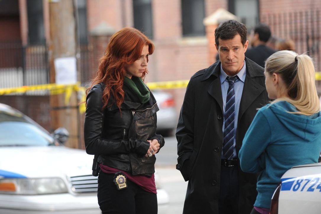 Carrie (Poppy Montgomery, l.) und Al (Dylan Walsh, M.) versuchen eine Mordfall aufzudecken. Doch wird es ihnen gelingen? - Bildquelle: 2011 CBS Broadcasting Inc. All Rights Reserved.