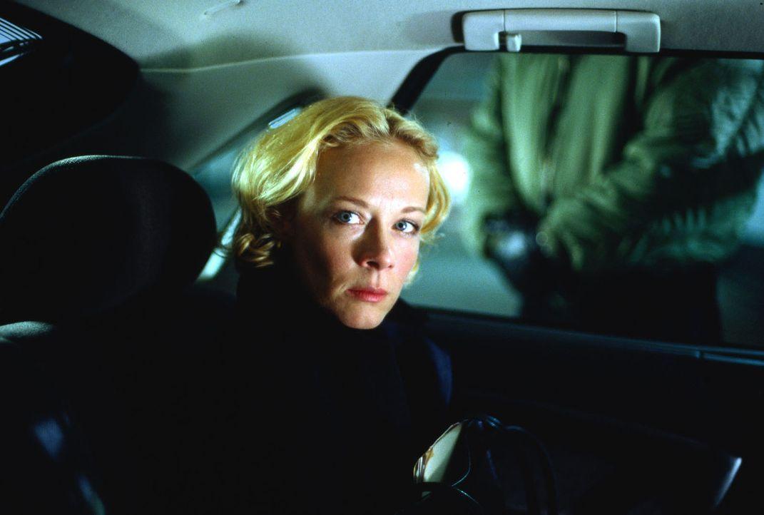 Auf der Suche nach ihrem entführten Mann begibt sich Franziska Sommer (Katja Riemann) in Lebensgefahr ... - Bildquelle: Thorsten Jander Sat.1
