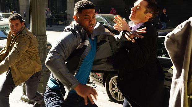 Warum versucht Bolt (Roshawn Franklin, M.) der Verhaftung durch Esposito (Jon...