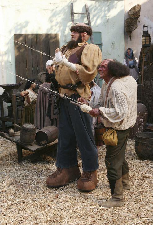 Der Hausmeister (Neil Flynn, l.) und Ted (Sam Lloyd, r.) agieren im Märchen als furchteinflösender Riese und als Elfe Toddsomething ... - Bildquelle: Touchstone Television