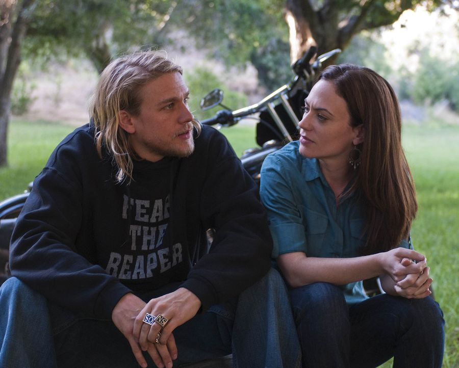 Harte Schale, weicher Kern: Jax (Charlie Hunnam, l.) entführt Tara (Maggie Siff, r.) zu einem romantischen Picknick. - Bildquelle: 2009 Twentieth Century Fox Film Corporation and Bluebush Productions, LLC. All rights reserved.