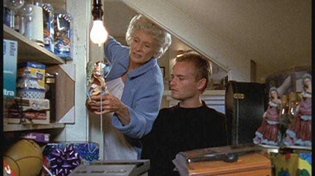 Francis (Christopher Masterson, r.) staunt nicht schlecht: Seine Großmutter (...