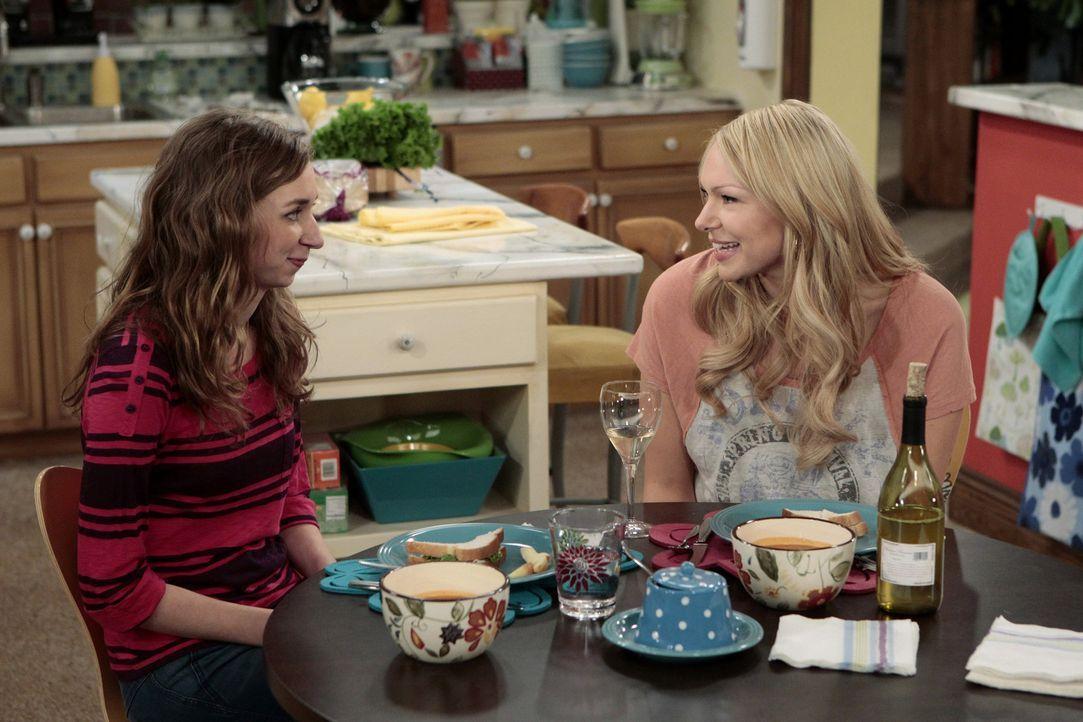 Chelsea (Laura Prepon, r.) hat ein Geheimnis von Dee Dee (Lauren Lapkus, l.) ausgeplaudert. Um dies wieder gutzumachen, hat sie eine besondere Idee... - Bildquelle: Warner Bros. Television