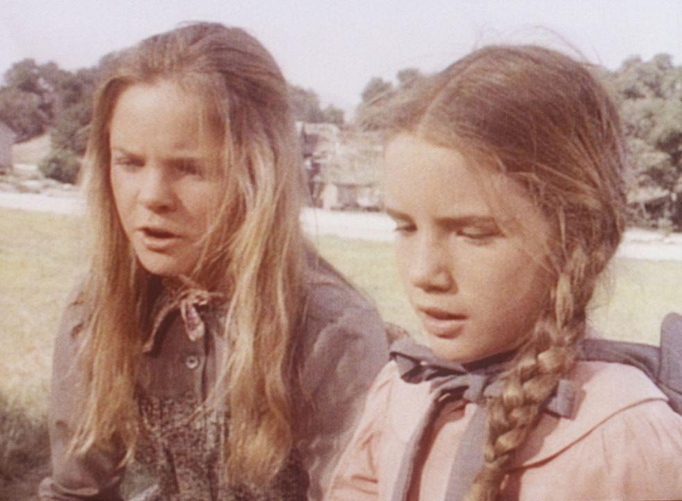 Laura (Melissa Gilbert, r.) muss sich um die kranke Nellie kümmern und braucht deshalb die Hilfe ihrer Schwester Mary (Melissa Sue Anderson, l.) für... - Bildquelle: Worldvision