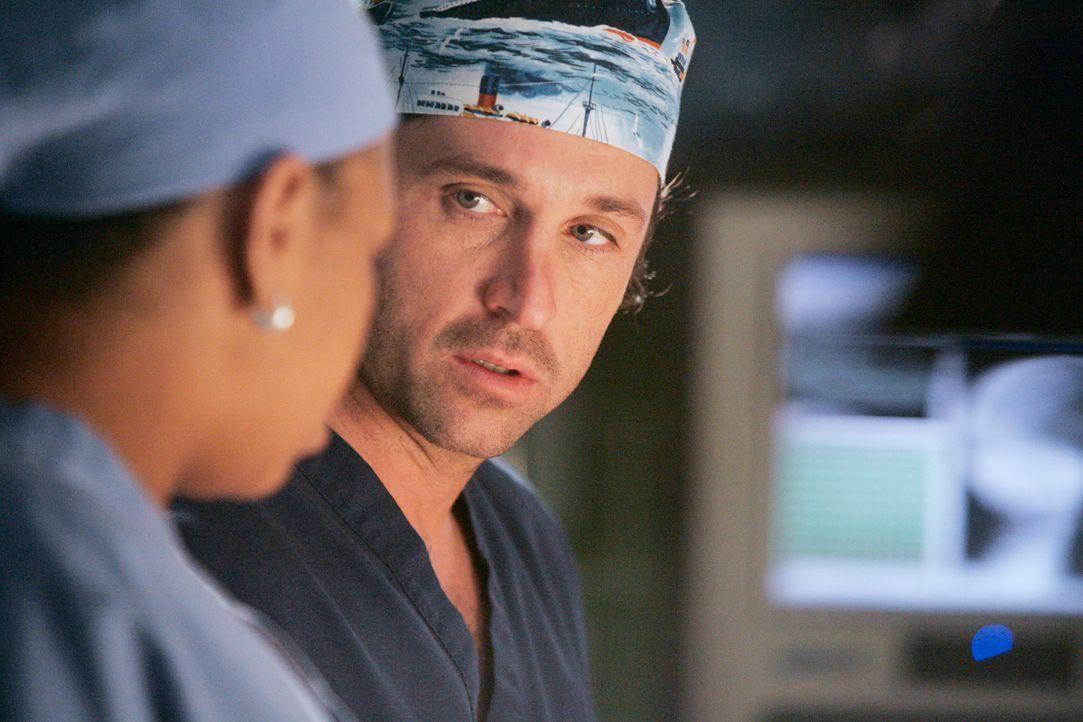 Proben die Operation der Siamesischen Zwillinge: Derek (Patrick Dempsey, r.) und Bailey (Chandra Wilson, l.) ... - Bildquelle: Touchstone Television