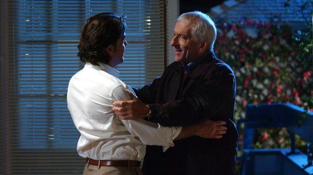 Max (Barry Newman, r.) besucht Sandy (Peter Gallagher, l.) und bittet ihn, se...
