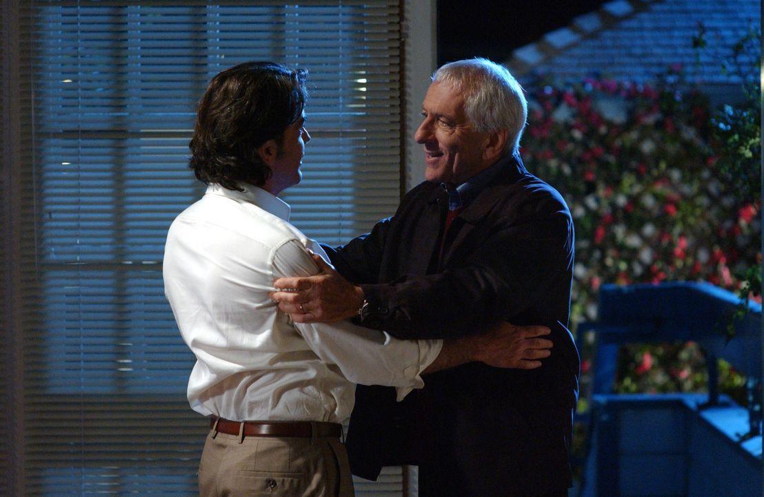 Max (Barry Newman, r.) besucht Sandy (Peter Gallagher, l.) und bittet ihn, seine Tochter Rebecca Bloom, die einmal mit Sandy zusammen war, zu finden... - Bildquelle: Warner Bros. Television