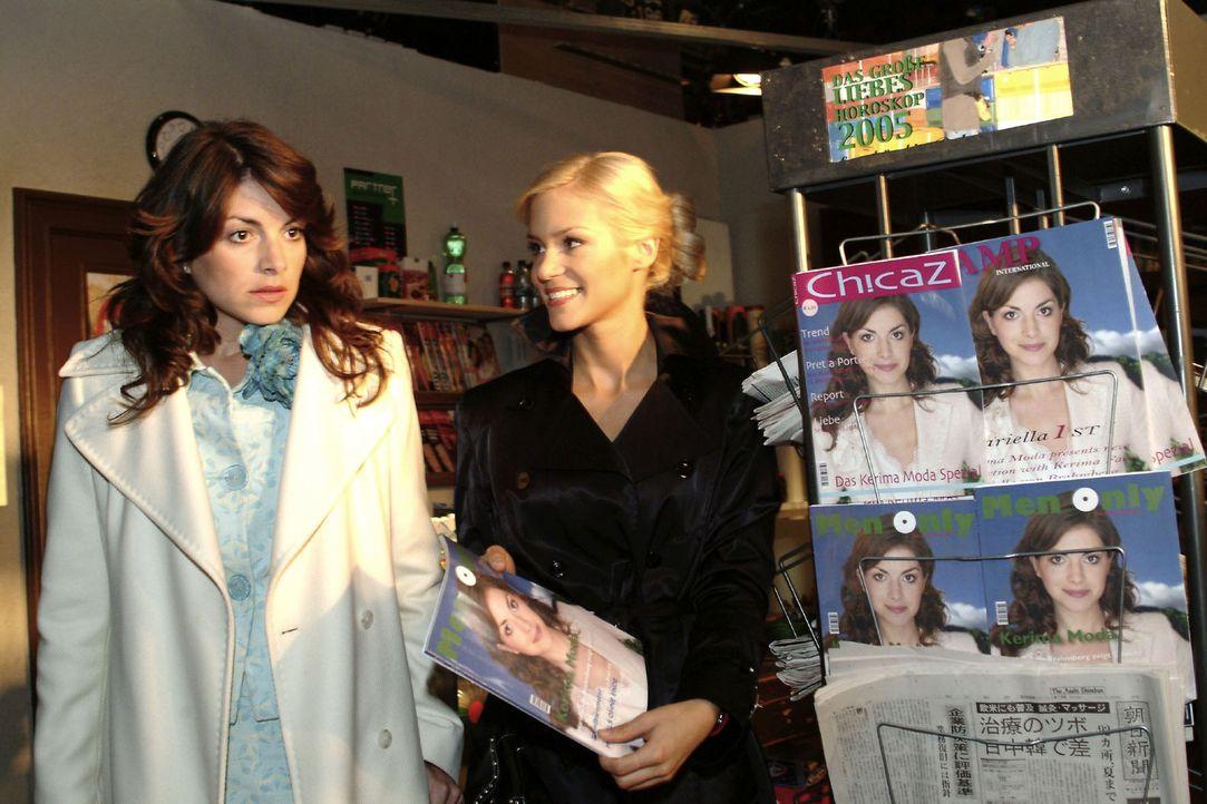 Mariella (Bianca Hein, l.) ist vom Anblick ihrer Bilder, die Sabrina (Nina-Friederike Gnädig, r.) ihr am Zeitschriftenständer präsentiert, überr... - Bildquelle: Noreen Flynn Sat.1