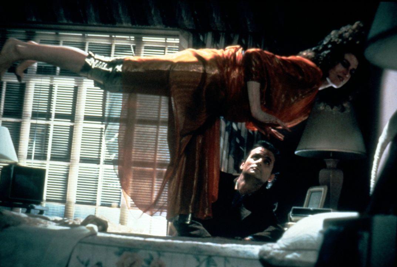 Der skeptische Dr. Venkman (Bill Murray, hinten) wundert sich, wie seine neue Freundin Dana (Sigourney Weaver, vorne) ohne Trick und doppelten Boden... - Bildquelle: Columbia Pictures