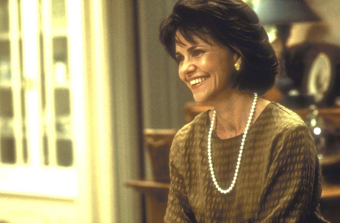 Seit die überarbeitete Miranda (Sally Field) in Mrs. Doubtfire ein perfektes Haus- und Kindermädchen gefunden hat, gewinnt sie wieder Freude am Le... - Bildquelle: 20th Century Fox