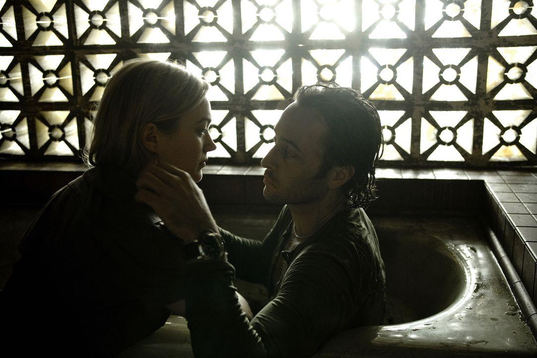 Schon seit ihrer ersten Begegnung empfinden Mick (Alex O'Loughlin, r.) und Beth (Sophia Myles, l.) große Zuneigung füreinander ... - Bildquelle: Warner Brothers