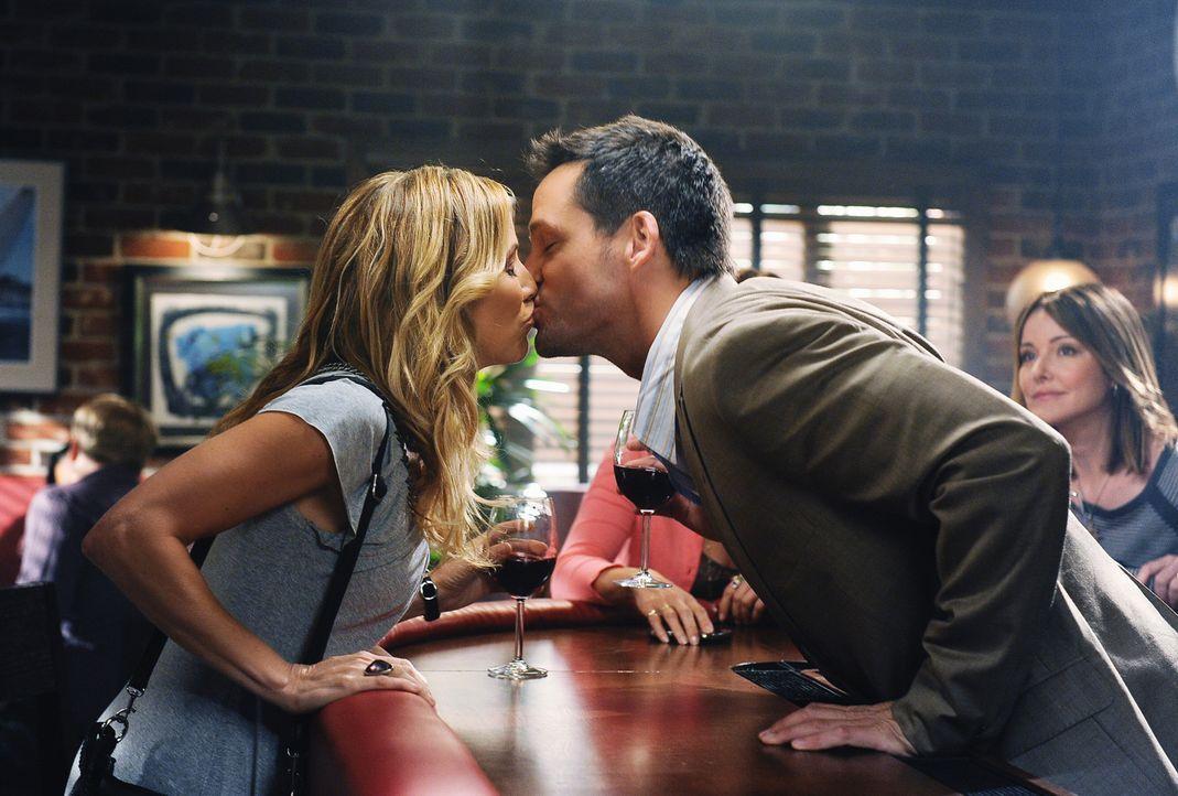 Über beide Ohren verliebt: Grayson (Josh Hopkins, r.) und seiner neuen Freundin Sara (Sheryl Crow, l.) ... - Bildquelle: 2009 ABC INC.