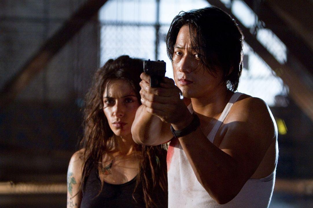 Rechnet mit Lisas (Sarah Shahi, l.) Entführern ab: Taylor Kwon (Sung Kang, r.) ... - Bildquelle: Frank Masi 2012 Constantin Film Verleih GmbH
