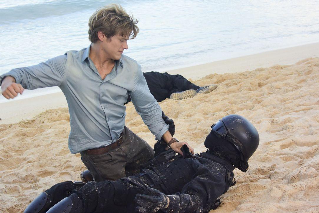 Showdown am Strand von Hawaii: MacGyver (Lucas Till) kämpft mit einem chinesischen Elitesoldat, der hochgefährliche Waffen aus einem Regierungs Labo... - Bildquelle: Norman Shapiro 2017 CBS Broadcasting, Inc. All Rights Reserved