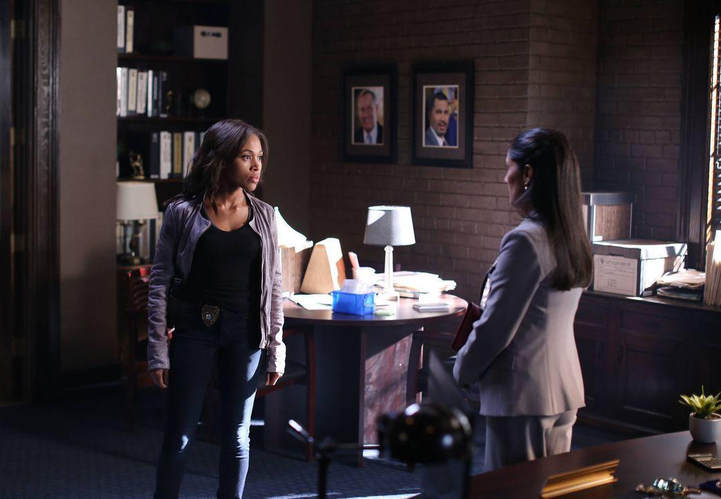 Abbie (Nicole Beharie, l.) erfährt etwas über die Vergangenheit von Sheriff Reyes (Sakina Jaffrey, r.), das sie zum Nachdenken bringt ... - Bildquelle: 2014 Fox and its related entities. All rights reserved.