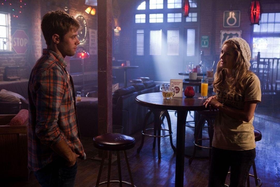 Lux (Brittany Robertson, r.) findet Gefallen an Eric (Shaun Sipos, l.), welcher sie auch kurzerhand zu einer Spritztour zum Meer überredet... - Bildquelle: The CW   2009 The CW Network, LLC. All Rights Reserved