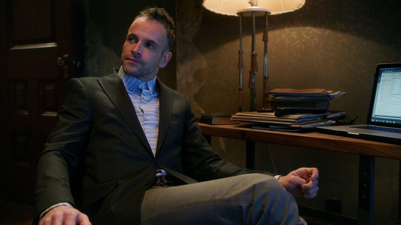 Was hat es mit dem Geld auf sich, das der Killer jeweils am Tatort zurücklässt? Holmes (Jonny Lee Miller) ermittelt ... - Bildquelle: CBS Television