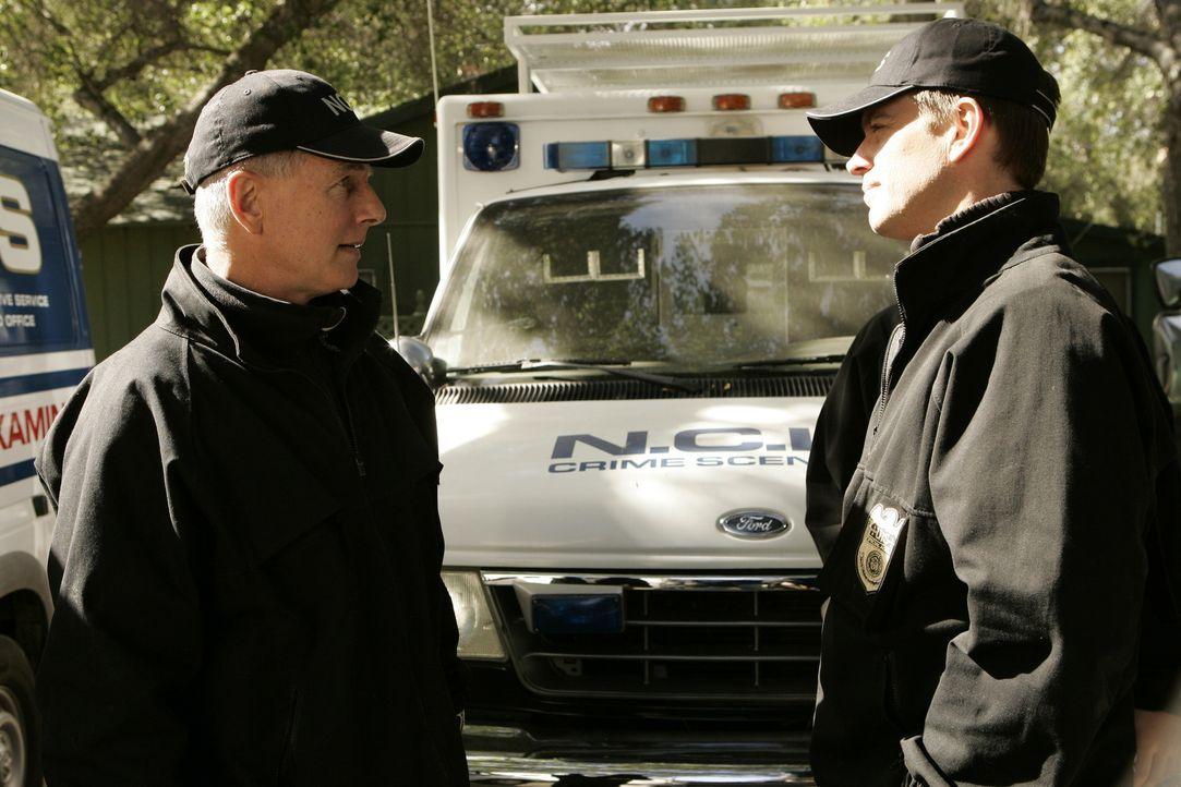Gibbs (Mark Harmon, l.) und DiNozzo (Michael Weatherly, r.) sind im Shenandoah National Park eingetroffen, um den Fall an dem toten Petty Officers z... - Bildquelle: CBS Television