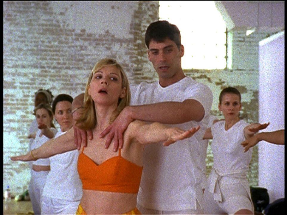 Schrecklich: Samantha (Kim Cattrall, vorne l.) erfährt von ihrem Yoga-Lehrer, dass dieser seit Jahren zölibatär lebt ... - Bildquelle: 2001 Paramount Pictures