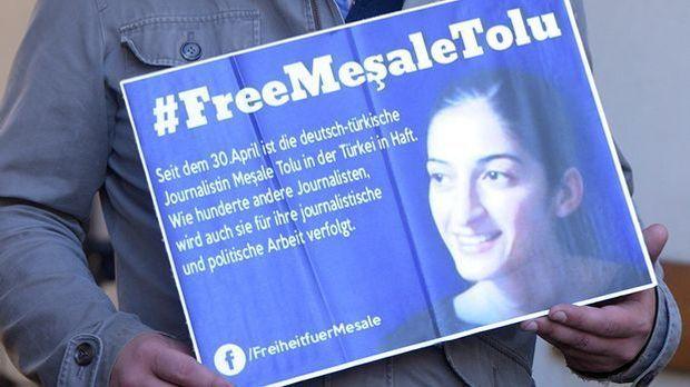Ein Schild, auf dem die Freilassung der in der Türkei inhaftierten Mesale Tol...