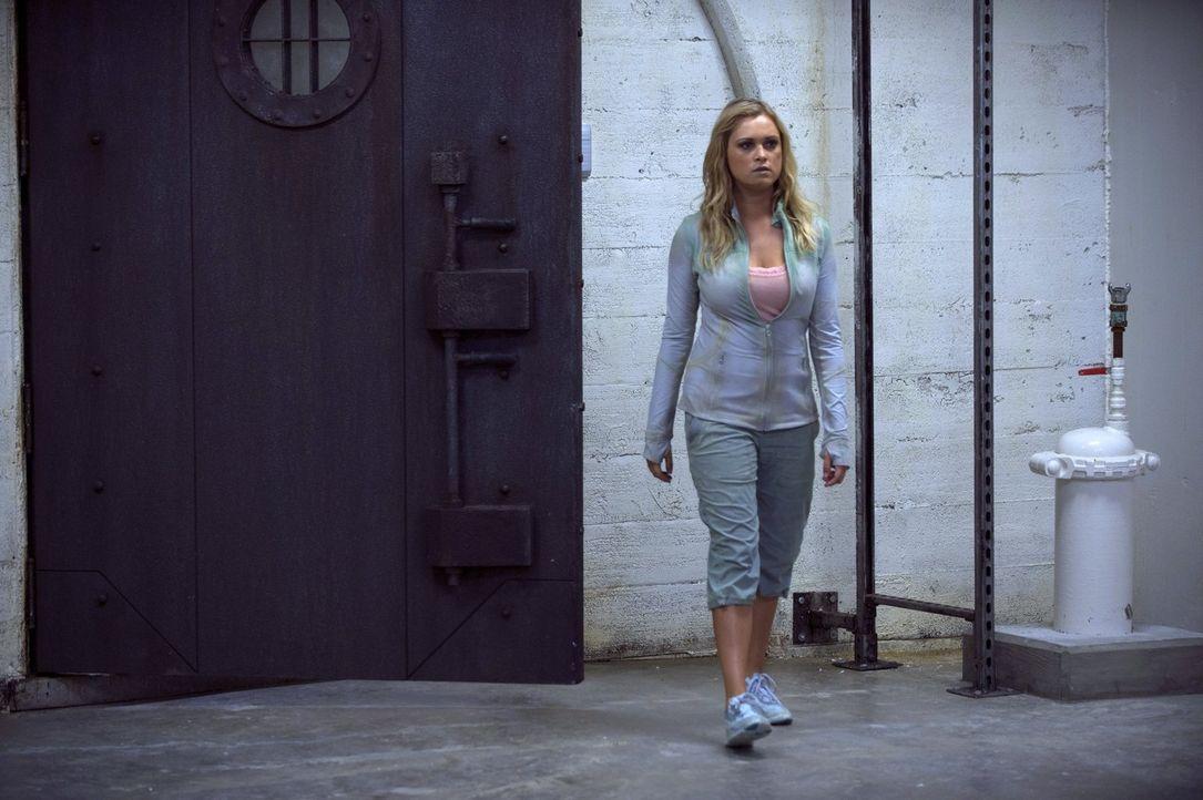 Noch immer ahnt Clarke (Eliza Taylor) nicht wo sie ist und was mit ihren Verbündeten geschehen ist ... - Bildquelle: 2014 Warner Brothers