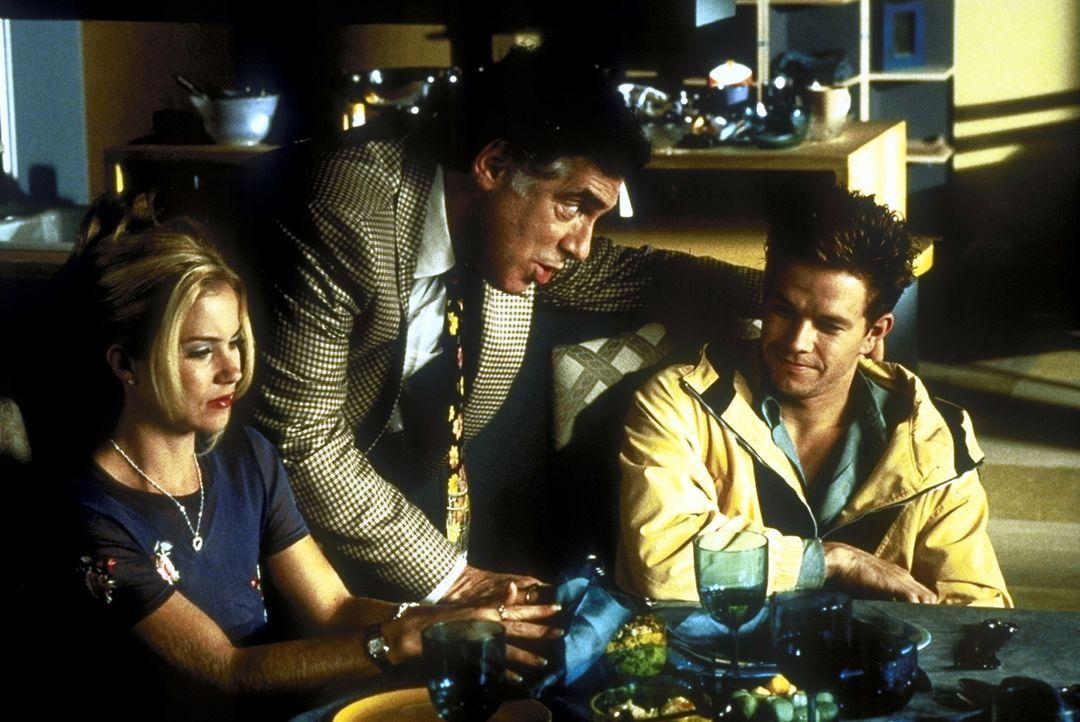 Morton Shulman (Elliott Gould, M.), der Vater von Pam (Christina Applegate, l.), baut auf Mels (Mark Wahlberg, r.) Harmoniebedürfnis ... - Bildquelle: Columbia Pictures