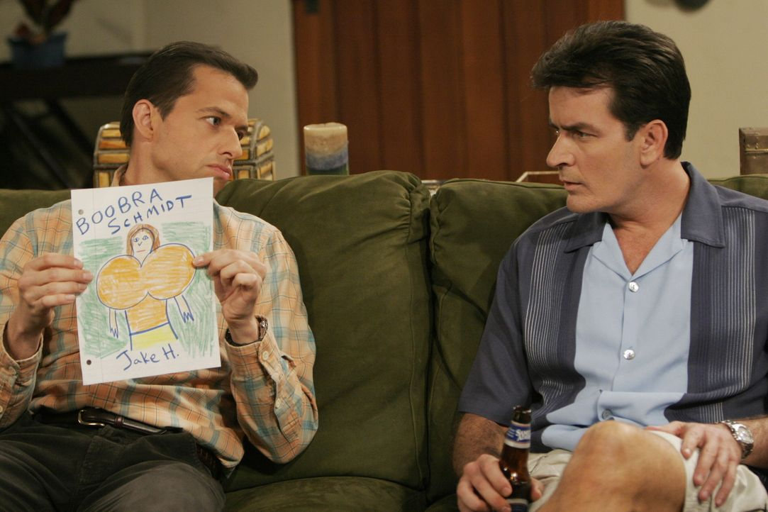 Völlig entsetzt zeigt Alan (Jon Cryer, l.) seinem Bruder Charlie (Charlie Sheen, r.) warum Jake von der Schule suspendiert wurde ... - Bildquelle: Warner Brothers Entertainment Inc.