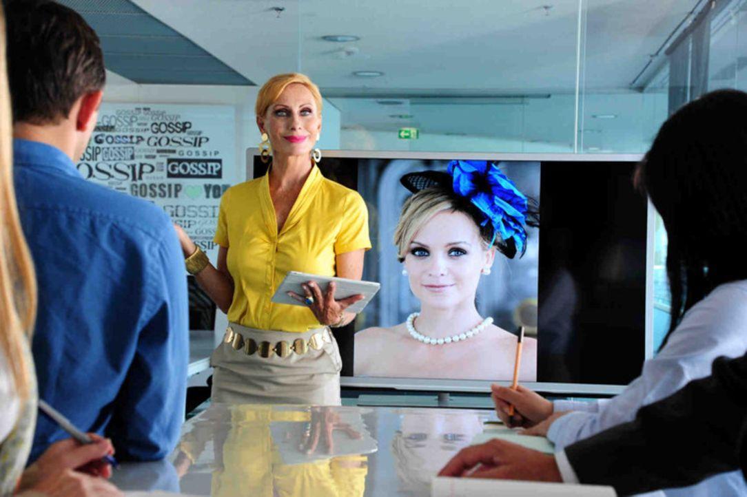 """Die biestige Chefredakteurin Carmen (Andrea Sawatzki) steht sich selbst immer am nächsten. Ihr Klatschmagazins """"Gossip"""" muss schwarze Zahlen schreib... - Bildquelle: Christiane Pausch SAT.1"""