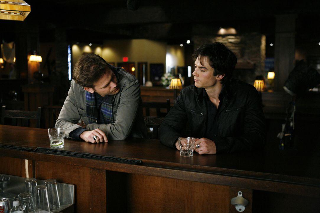 Obwohl es erst Nachmittag ist, genehmigen sich Alaric (Matthew Davis, l.) und Damon (Ian Somerhalder, r.) einen Drink im Mystic Grill ... - Bildquelle: Warner Bros. Television