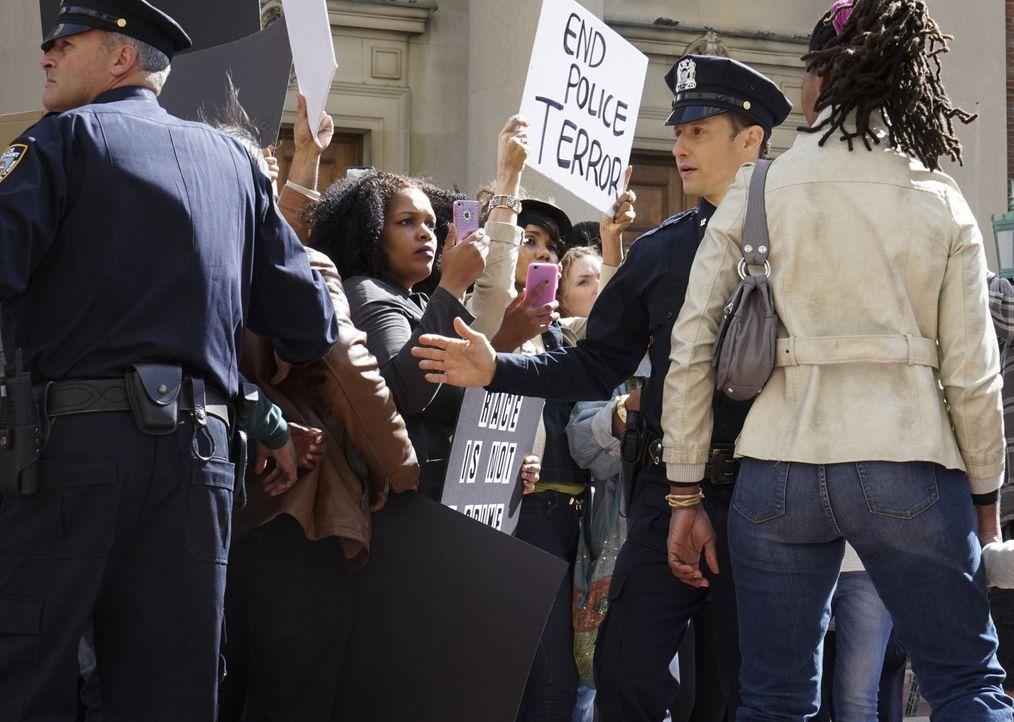 Bei einer hitzigen Demonstration gegen Polizeigewalt, versucht Jamie (Will Estes, M.) die wildgewordene Meute in Schach zu halten, vergebens ... - Bildquelle: 2015 CBS Broadcasting Inc. All Rights Reserved.