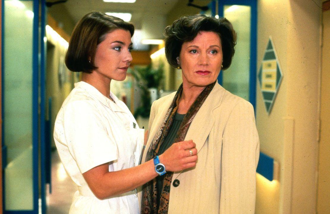 Frau Zerrgiebel (Ute Hallant, r.) besucht ihre Tochter Agnes, die wegen eines Beckenbruchs im Krankenhaus liegt. Die zunächst freundliche Patientin... - Bildquelle: Noreen Flynn Sat.1