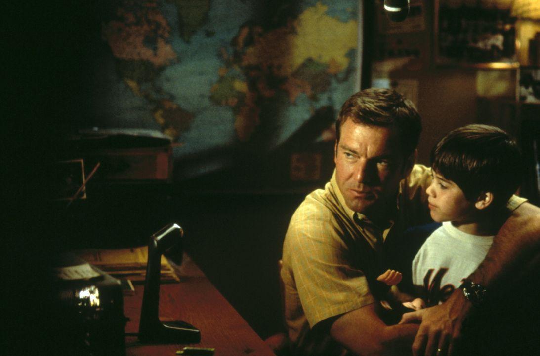 Jede freie Minute verbringen Frank (Dennis Quaid, l.) und sein sechsjähriger Sohn John (Daniel Henson, r.) vor dem mysteriösen Funkgerät ... - Bildquelle: New Line Cinema