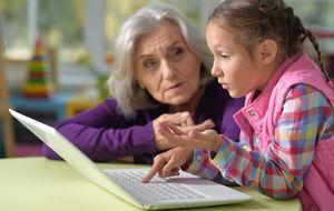 Die Enkelkinder können oft dabei helfen, den Laptop richtig zu nutzen