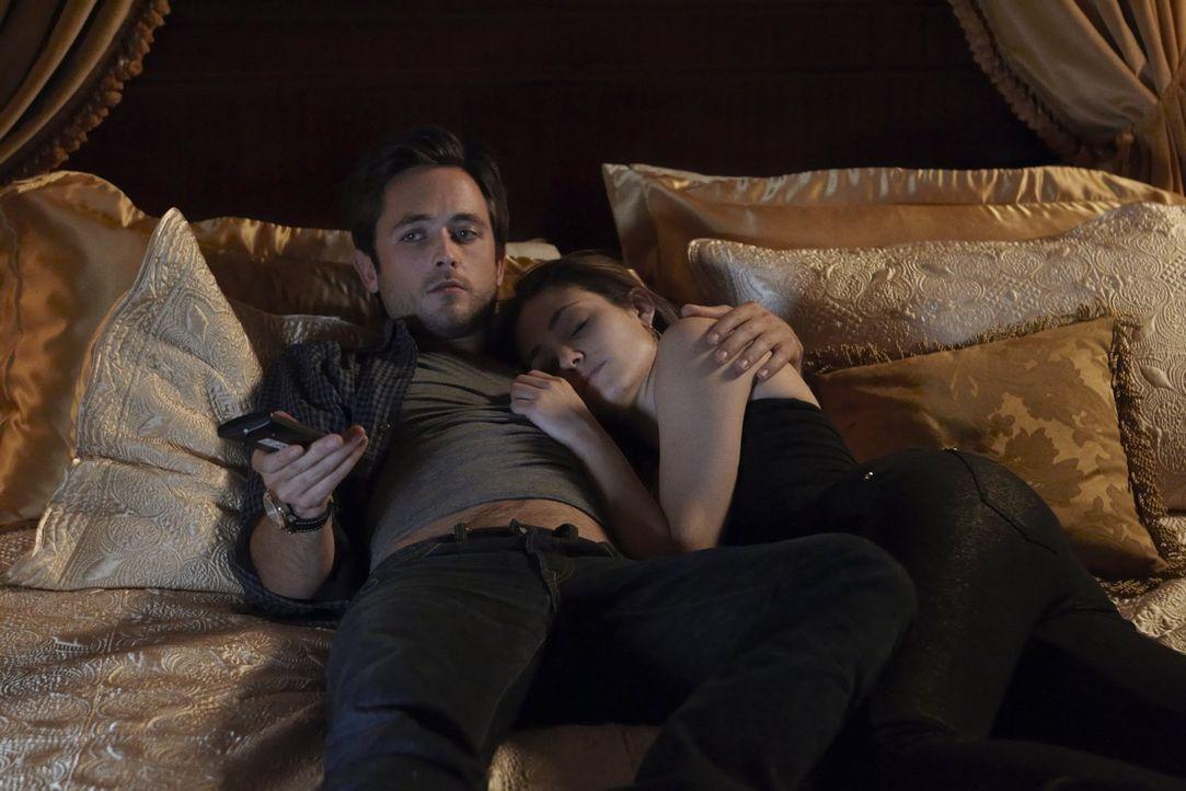 Statt Erotik heißt es am Abend für Steve (Justin Chatwin, l.) und Fiona (Emmy Rossum, r.) schlafen ... - Bildquelle: 2010 Warner Brothers
