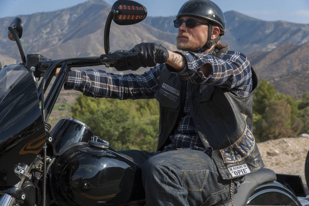 Die Sons um Jax (Charlie Hunnam) müssen mit den Folgen der Explosion klarkommen und suchen die Nähe verbündeter Clubs. Doch die Fahrt zu einem der T... - Bildquelle: 2013 Twentieth Century Fox Film Corporation and Bluebush Productions, LLC. All rights reserved.