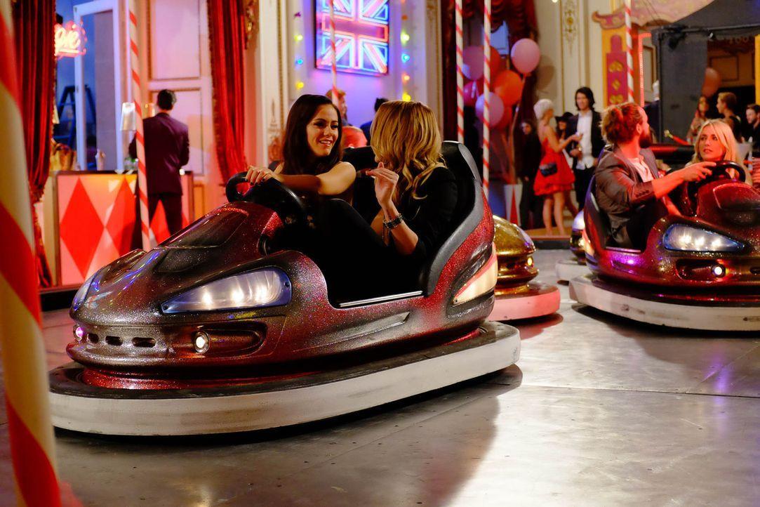 Prinzessin Eleanor (Alexandra Park, l.) genießt die gemeinsame Zeit mit Mandy (Sarah Dumont, r.). Doch leider ahnt sie nicht, was der wahre Grund fü... - Bildquelle: 2015 E! Entertainment Media LLC/Lions Gate Television Inc.