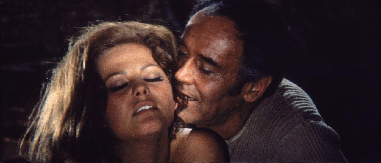Die junge Witwe Jill (Claudia Cardinale, l.) verfällt dem Charme von Frank (Henry Fonda, r.), ohne zu wissen, wen er auf dem Gewissen hat ... - Bildquelle: TM &   2003 by Paramount Pictures Corporation. All rights reserved