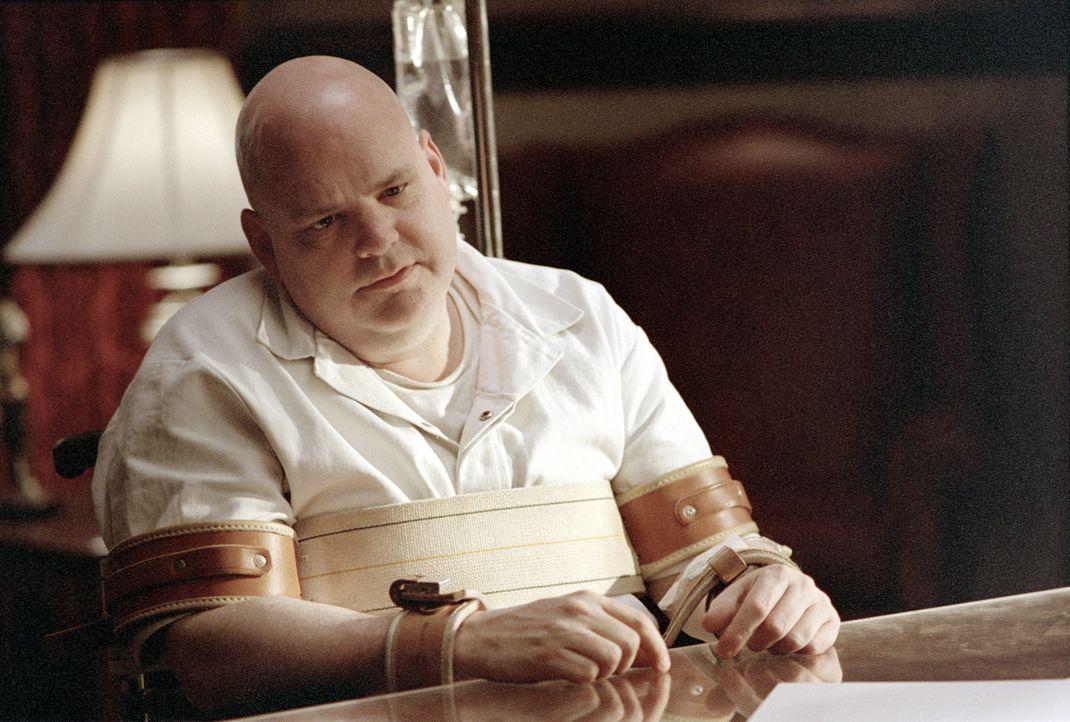 Der psychisch völlig gestörte Malcolm Rivers (Pruitt Taylor Vince) wird zur Anhörung gebracht ... - Bildquelle: 2003 Sony Pictures Television International. All Rights Reserved.