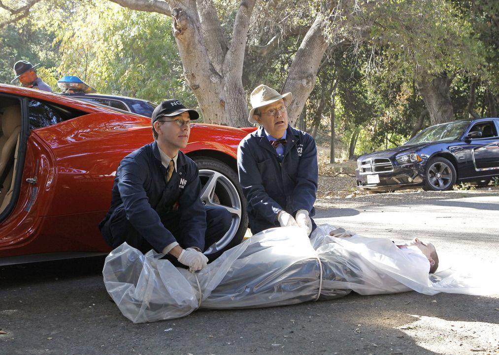 Bei den Ermittlungen: Ducky (David McCallum, r.) und Jimmy (Brian Dietzen, l.) ... - Bildquelle: CBS Television