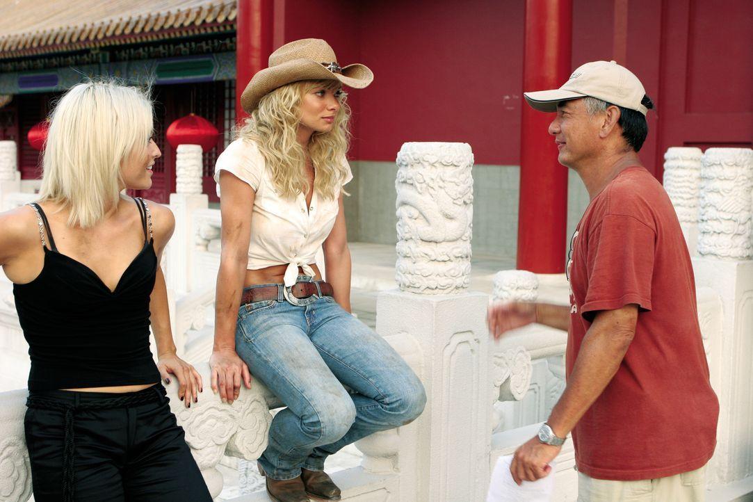 Regisseur Corey Yuen (r.) bespricht die nächste Szene mit Holly Valance (l.) und Jaime Pressly (M.) . - Bildquelle: Constantin Film Verleih GmbH