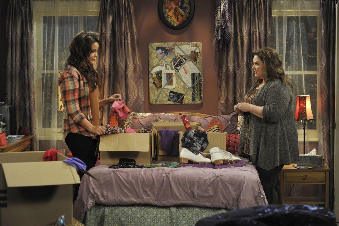 Nach einem Streit in der Familie plant Victoria (Katy Mixon, l.) auszuziehen. Doch Molly (Melissa McCarthy, r.) versucht alles, um sie davon abzuhal... - Bildquelle: Warner Brothers