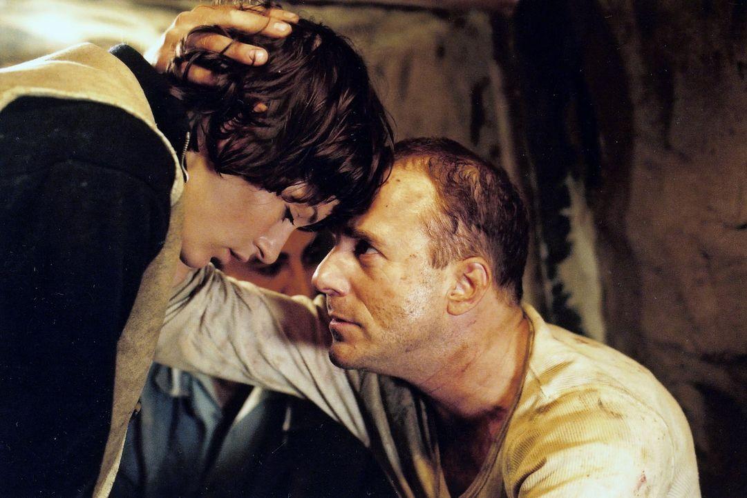 """""""Fritzi"""" (Nicolette Krebitz, l.) hat Harry (Heino Ferch, r.), der beim Tunnelbau in Lebensgefahr geraten ist, gerettet. Endlich vertraut er ihr. - Bildquelle: Sat.1"""