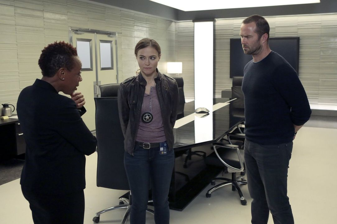 Mayfair (Marianne Jean-Baptiste, l.) trifft schier der Schlag, als sie erfährt, dass das Zeugenschutzprogramm gehackt wurde. Können die US Agentin A... - Bildquelle: Warner Brothers