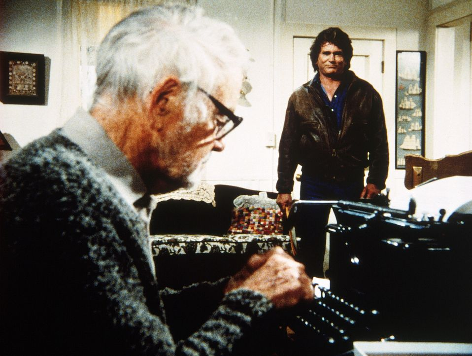 Jonathan (Michael Landon, r.) blickt etwas verwundert auf Frank (Lew Ayres, l.), den ehemals erfolgreichen Schriftsteller, der wieder zu schreiben b... - Bildquelle: Worldvision Enterprises, Inc.