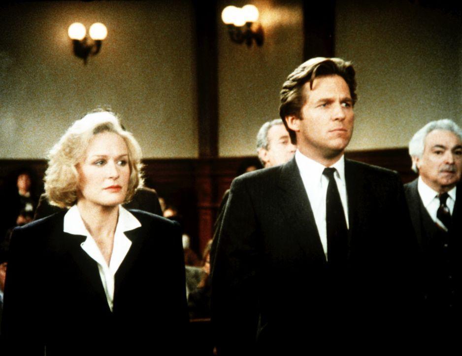 Nicht schuldig: Trotz Zweifel an seiner Unschuld gelingt es Teddy Barnes (Glenn Close, l.), ihren Mandanten Jack Forrester (Jeff Bridges, r.) freizu... - Bildquelle: Columbia Pictures