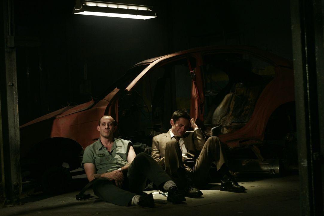 Kann nicht glauben was mit seinem Bruder Rafael (Alex Fernandez, l.) gesehen ist: Danny Taylor (Enrique Murciano, r.) ... - Bildquelle: Warner Bros. Entertainment Inc.