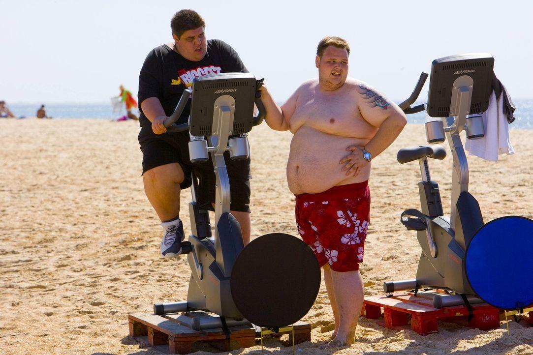 Bei dem Triathlon am Strand bekommen die Kandidaten einen ersten Vorgeschmack auf die nächsten harten Tage im Camp ... - Bildquelle: Enrique Cano SAT.1